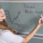 femme dessinnant un graphique de projection