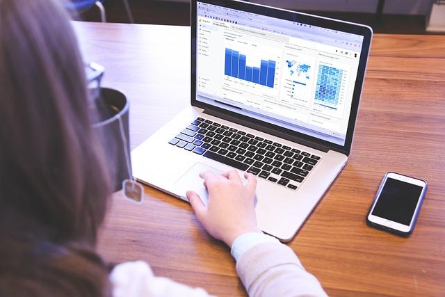 femme travaillant sur une pc portable